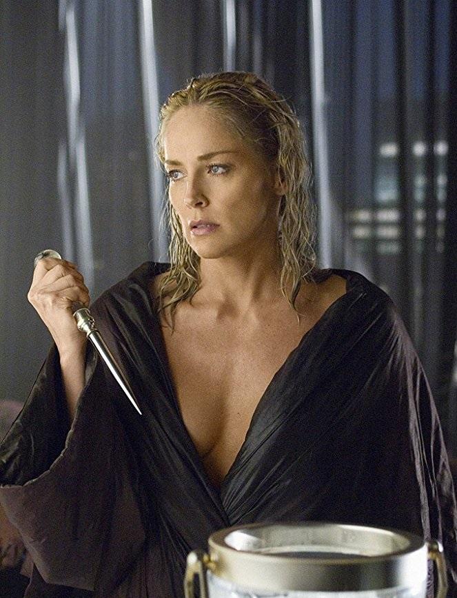 Σε ηλικία 48 ετών η Στόουν ντύνεται -και γδύνεται- ξανά Κάθριν Τρεμέλ στο «Βασικό Ενστικτο 2» (2006), μια μέτρια συνέχεια του εμβληματικού φιλμ του 1992.