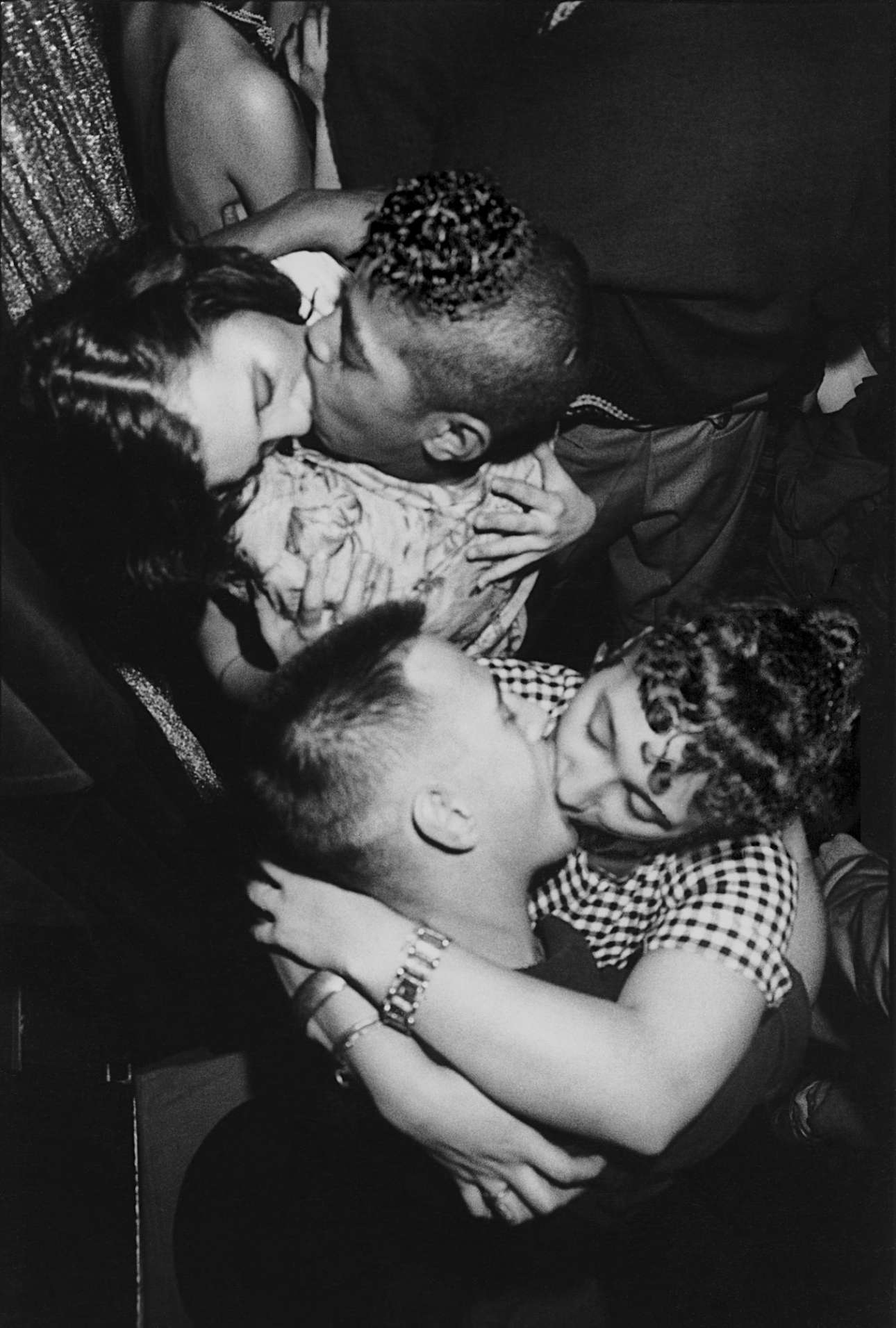 Philippe Chancel, «Xωρίς Τίτλο», 1982. Από τη σειρά Το Παρίσι των Επαναστατών (Rebel's Paris). Ο γάλλος φωτογράφος απαθανατίζει πολυφυλετικές συμμορίες και την καθημερινότητά τους στο Παρίσι της δεκαετίας του '80