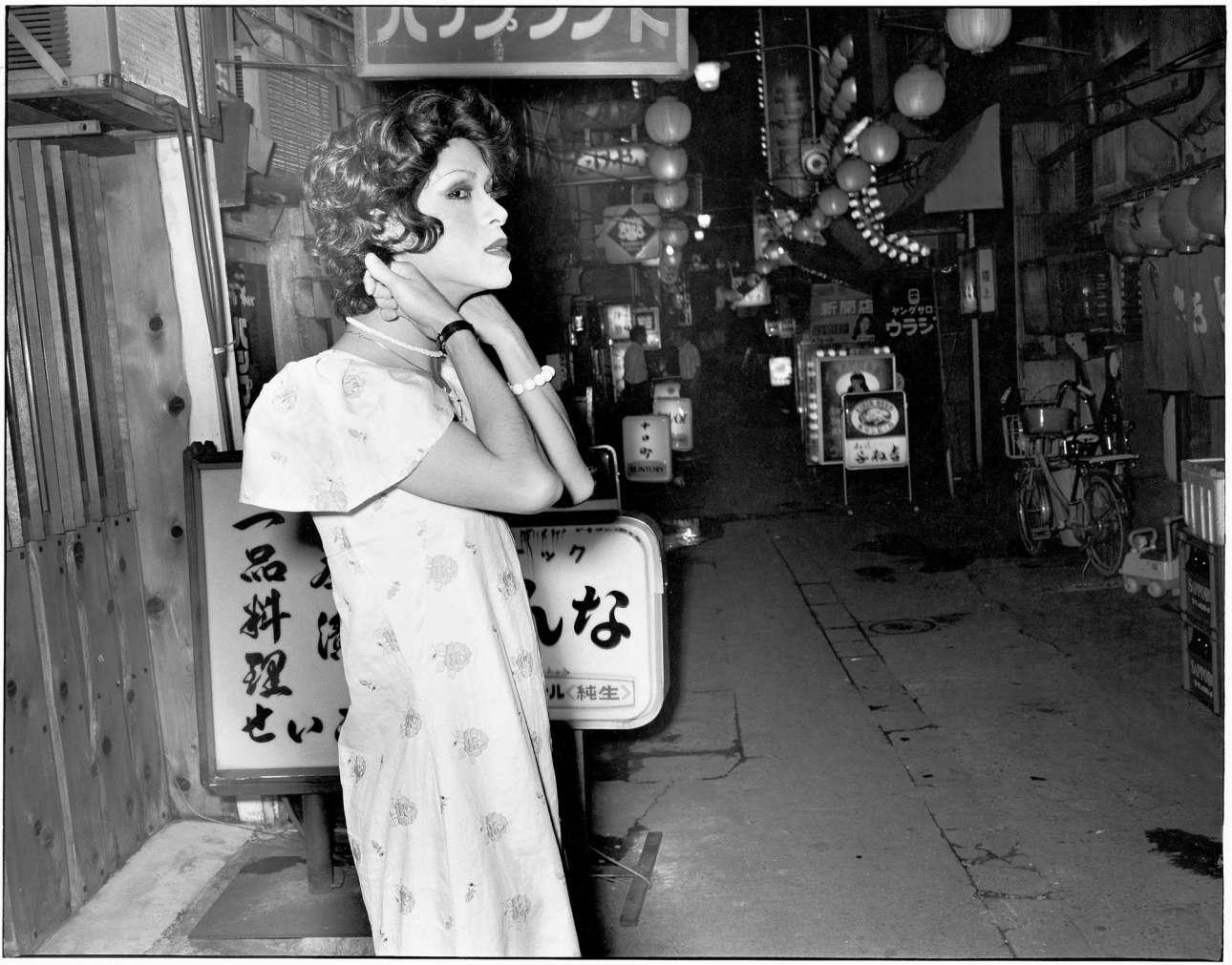 Seiji Kurata, «Αν και δεν υπάρχει πελάτης ούτε για δείγμα...» («Even though there's no sign of any customers....») κοντά στο Ικεμπουκούρο, Χικαριμάτσι Οχάσι,1975. Ο αυτοδίδακτος φωτογράφος Σέιτζι Κουράτα αποτυπώνει τον υπόκοσμο του Τόκιο σε υπέροχες ασπρόμαυρες φωτογραφίες