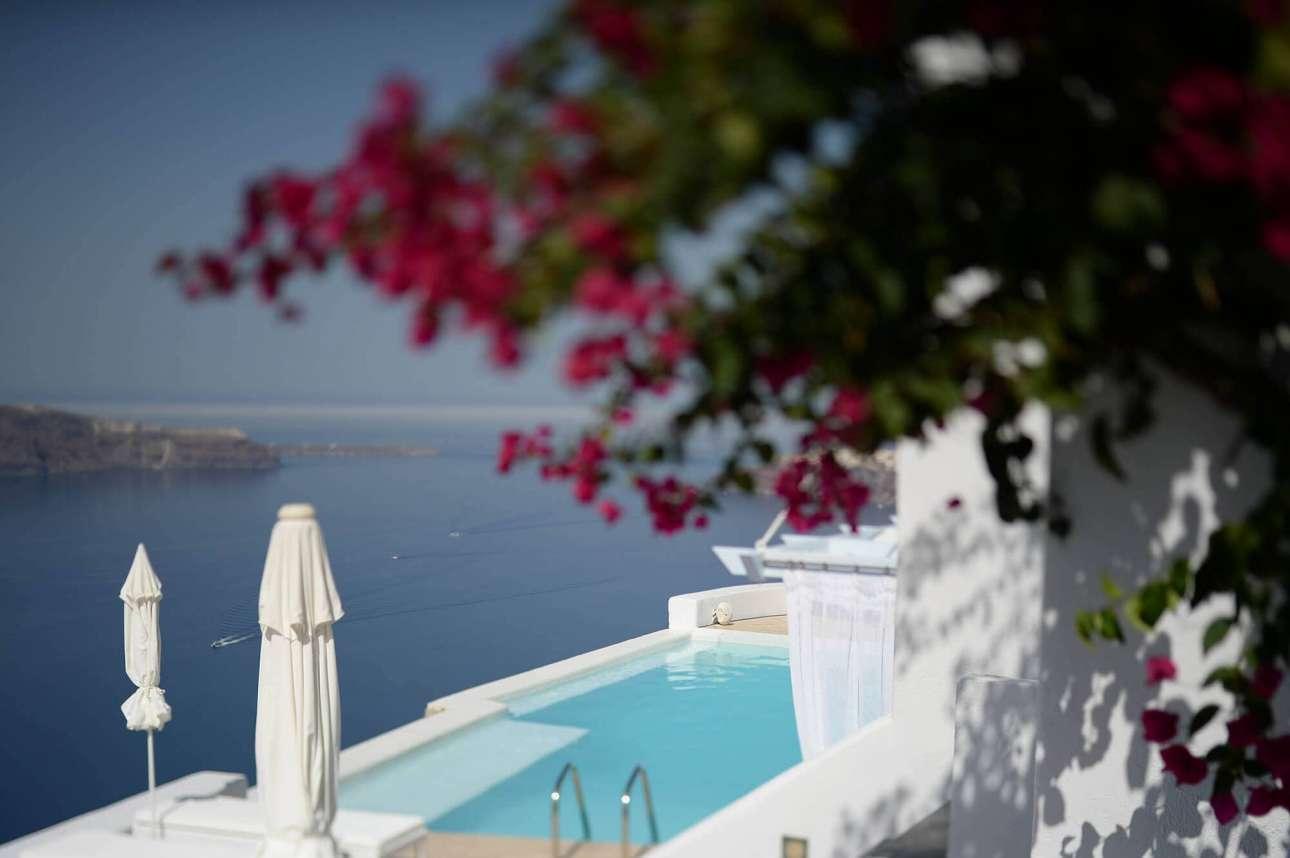 H κεντρική πισίνα μαζί με τις άλλες 4 ιδιωτικές του Astra  Suites στη Σαντορίνη θερμαίνονται για όσους επισκέπτονται το ξενοδοχείο άνοιξη ή φθινόπωρο