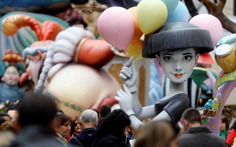 Παρασκευή, 16 Μαρτίου, Ισπανία. Ξύλινο άρμα-ομοίωμα της Όντρεϊ Χέπμπορν  προετοιμάζεται για να πάρει μέρος στο φεστιβάλ Λας Φάγιας στη Βαλένθια. Την τελευταία ημέρα του φεστιβάλ όλα τα άρματα παραδίδονται στην πυρά