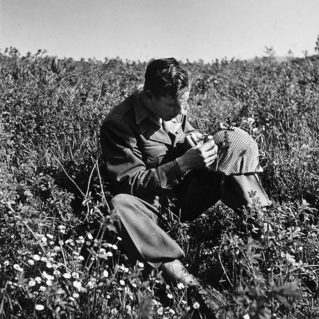 Αμερικανός στρατιώτης μαζεύει λουλούδια την Κυριακή του Πάσχα, το 1945, στην Ιταλία