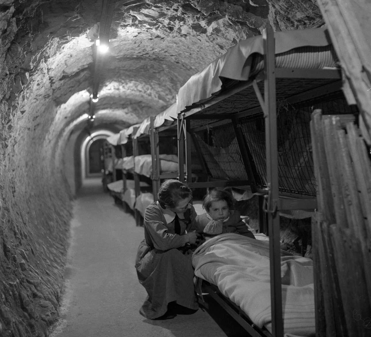 Στα υπόγεια τούνελ του Λονδίνου, κατά τη διάρκεια των βομβαρδισμών του Β' Παγκοσμίου Πολέμου, τον Ιανουάριο του 1945