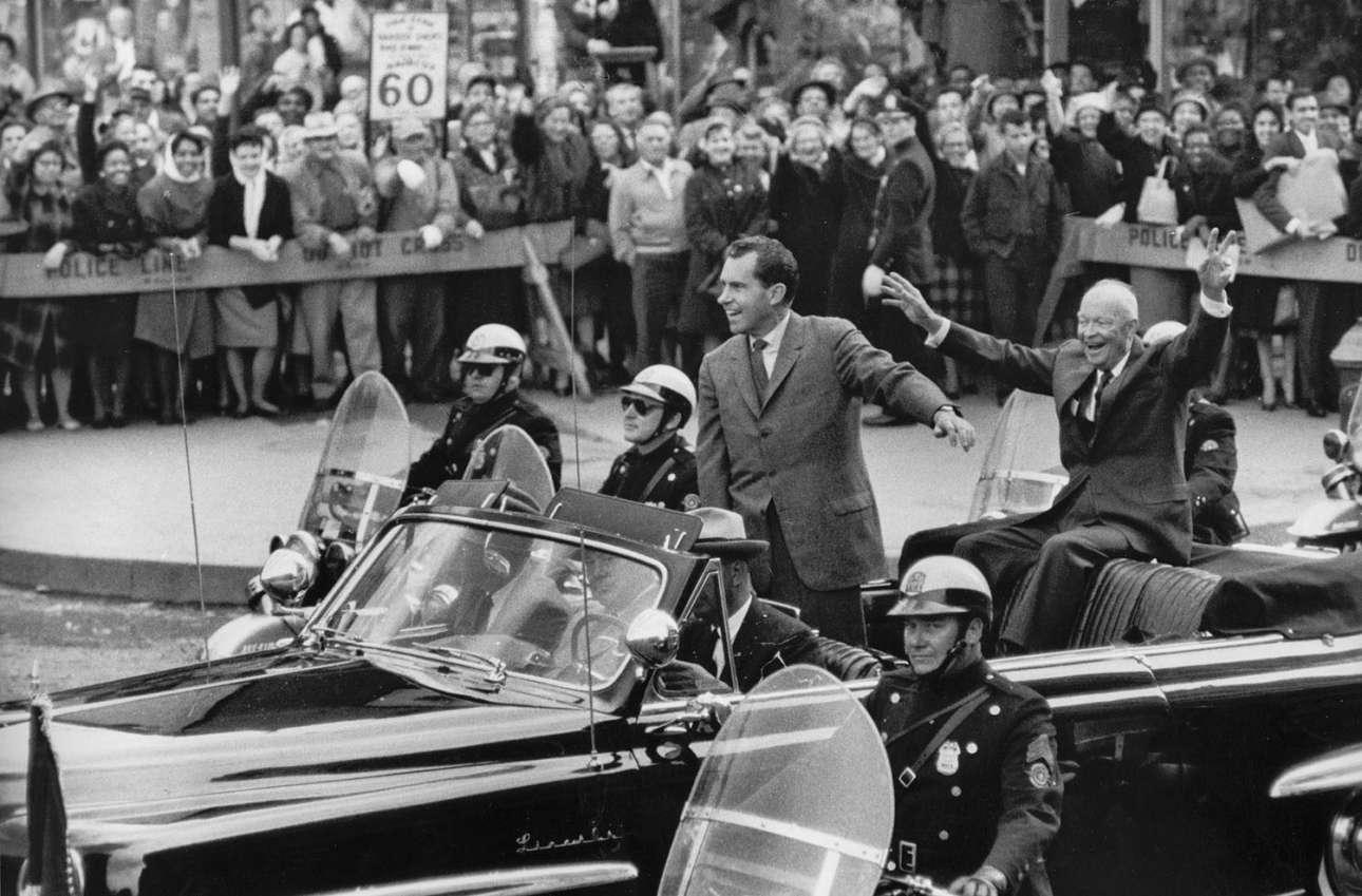 Ρίτσαρντ Νίξον και Ντουάιτ Αϊζενχάουερ πάνω σε κάμπριο αυτοκίνητο κατά τη διάρκεια της προεκλογικής εκστρατείας του Νίξον, τον Νοέμβριο του 1960