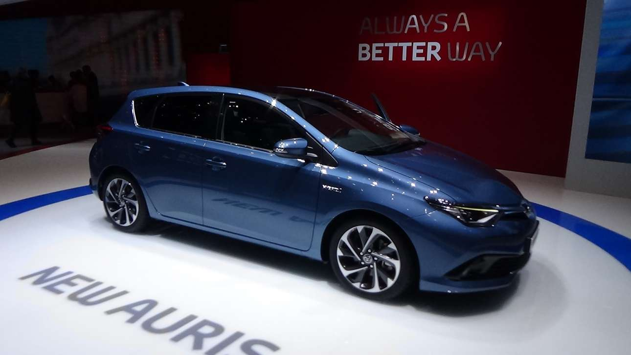 Toyota Auris: Το νέο Auris υιοθετεί μια πιο ενδιαφέρουσα σχεδίαση συγκριτικά με την προηγούμενη γενιά, με το μεγαλύτερο ενδιαφέρον να παρουσιάζεται στο εμπρόσθιο μέρος όπου τα φωτιστικά σώματα τύπου μπούμερανγκ κυριαρχούν. Αρκετές αλλαγές έχουμε και στην γκάμα των μηχανικών συνόλων. Στη βάση υπάρχει και πάλι ο 1.200άρης βενζινοκινητήρας με τα 115 άλογα, ενώ θα υπάρχουν δύο ακόμη υβριδικές εκδόσεις (μια με τον γνωστό 1,8 λτ. βενζινοκινητήρα και μια με τον νέο 2λιτρο που ανακοινώθηκε πρόσφατα, όπου η ισχύς φτάνει τα 180 άλογα). Μέχρι στιγμής η εταιρεία δεν έχει δώσει στη δημοσιότητα κάποια εικόνα από το εσωτερικό τού μοντέλου, ωστόσο αναμένουμε μια πιο σύγχρονη εικόνα σε σύγκριση με το παρελθόν.