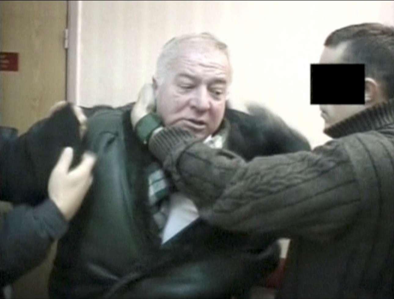 Στιγμιότυπο από παλαιό βίντεο που δείχνει τον Σκριπάλ να συλλαμβάνεται από πράκτορες (φωτό: RTR/via Reuters)