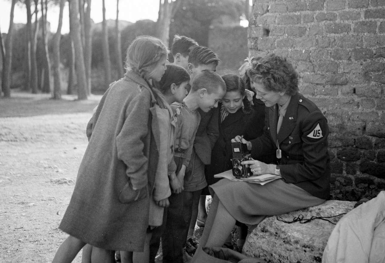 Πιτσιρίκια κοιτάζουν γεμάτα περιέργεια την κάμερα της φωτογράφου Τόνι Φρίσελ, κάπου στην Ευρώπη του 1945