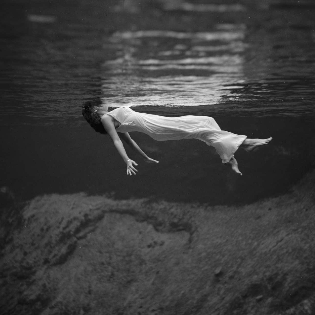 Μια γυναίκα επιπλέει στο νερό, στις Πηγές Γουίκι Γάτσι, στη Φλόριντα, το 1947
