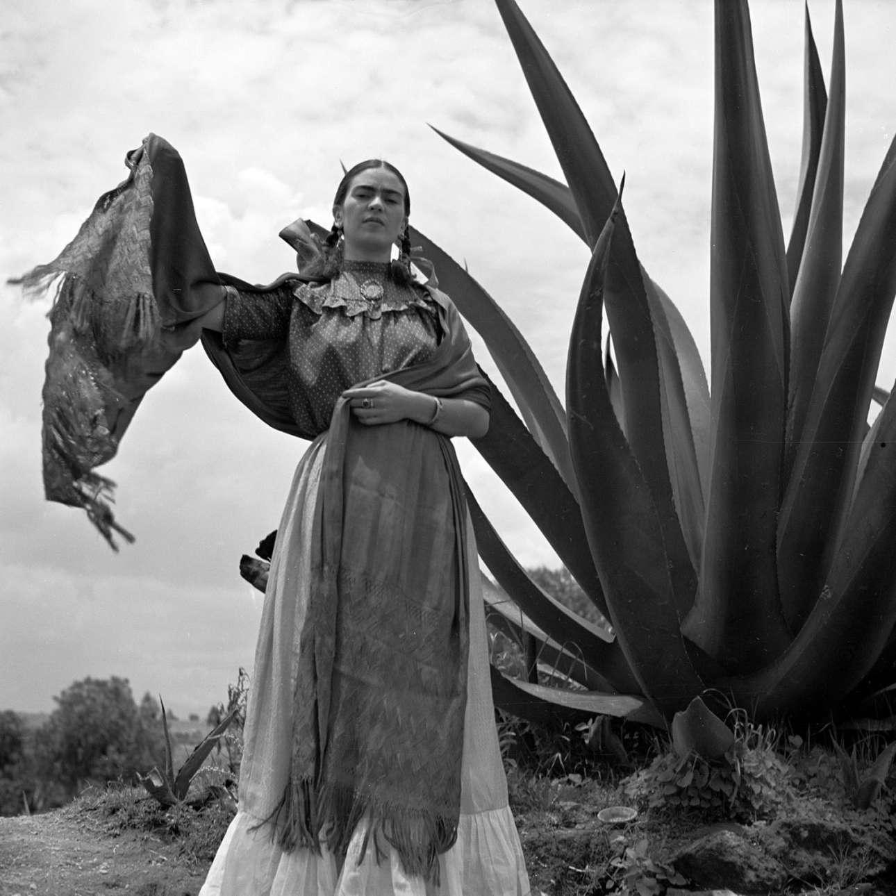 Η μεξικανή ζωγράφος Φρίντα Κάλο ποζάρει δίπλα σε ένα φυτό αγαύη για το περιοδικό Vogue, το 1937