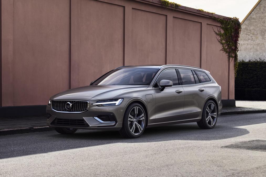 Volvo V60: Η νέα γενιά του μοντέλου υιοθετεί την τελευταία σχεδιαστική φιλοσοφία της εταιρείας (βλέπουμε πολλές ομοιότητες με το XC60) και έτσι έχουμε να κάνουμε με ένα αρκετά ελκυστικό στέσιον βάγκον αμάξωμα. Γνώριμη είναι και η εικόνα του εσωτερικού όπου και πάλι στο κέντρο τού ταμπλό δεσπόζει η μεγάλη οθόνη αφής. Σύμφωνα με τη Volvo, το νέο V60 διαθέτει ένα αρκετά ευρύχωρο εσωτερικό σε σύγκριση με τον ανταγωνισμό και το πορτ μπαγκάζ έχει χωρητικότητα 529 λίτρων. Και σε αυτή την περίπτωση, οι Σουηδοί έχουν φροντίσει να εξοπλίσουν το μοντέλο τους με όλα τα σύγχρονα συστήματα ενεργητικής και παθητικής ασφάλειας (City Safety, Pilot Assist και πολλά ακόμη).