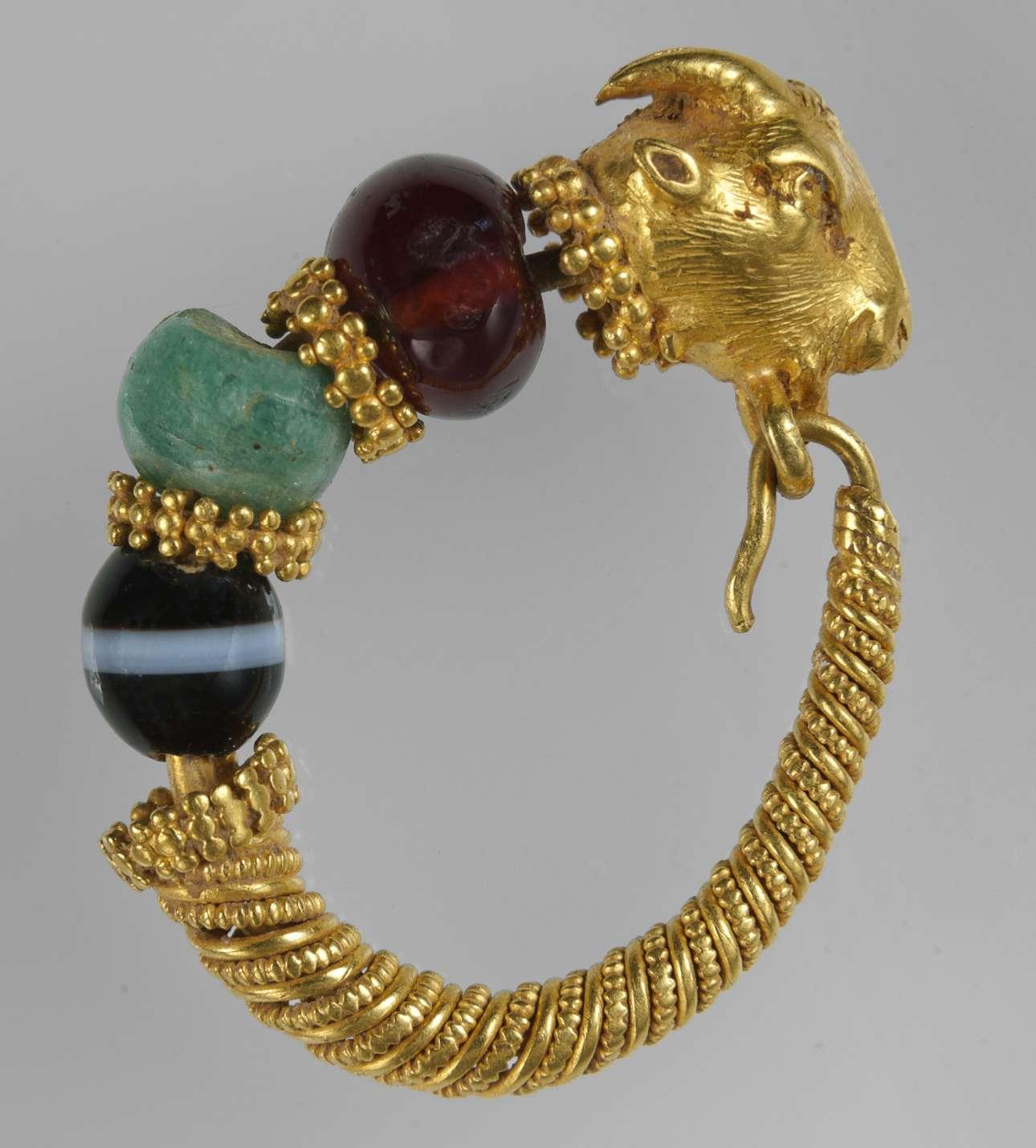 Χρυσό ενώτιο με κεφαλή τράγου από τη Θεσσαλία (2ος-1ος αι. π.Χ.)  (© ΕΑΜ/ΤΑΠ. Σ. Μαυρομμάτης)