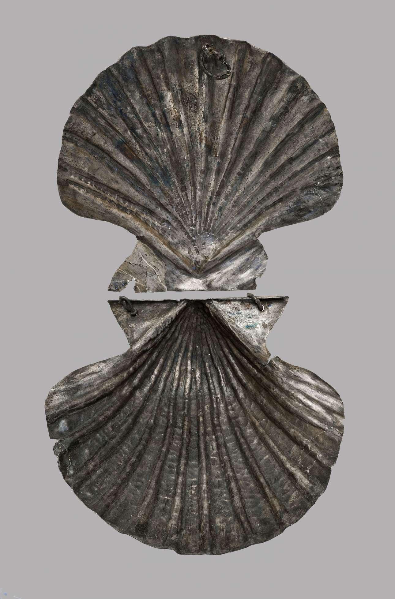 Αργυρή αχιβάδα, πολυτελής θήκη για τη φύλαξη ψιμυθίων, από τη Βάθεια Ευβοίας (3ος-2ος αι. π.Χ.) (© ΕΑΜ/ΤΑΠ. Φωτ. - Μαυρομμάτης)