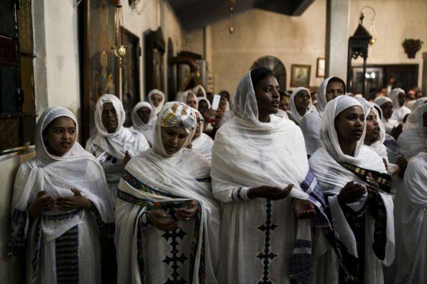 Γυναίκες στα λευκά. Το εκκλησίασμα