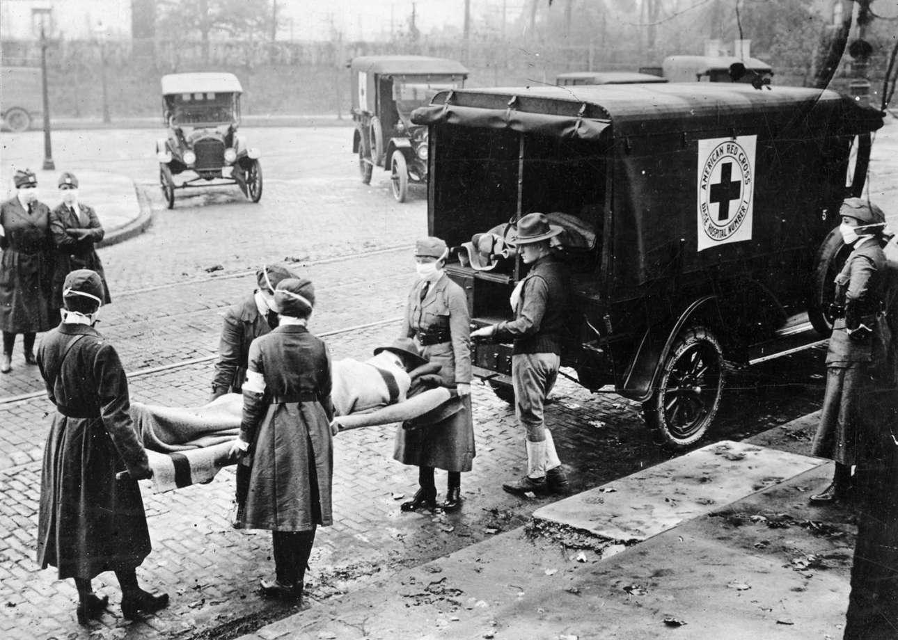 Εργαζόμενοι του Ερυθρού Σταυρού εν ώρα εργασίας στο Σεντ Λούις του Μιζούρι κατά την εξάπλωση της πανδημίας, τον Οκτώβριο του 1918