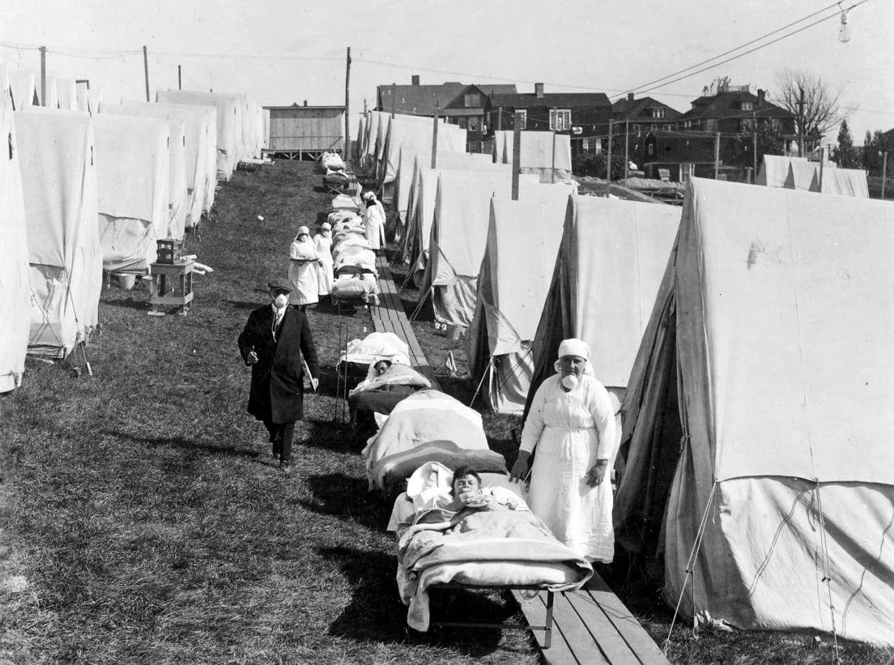 Ενα υπαίθριο νοσοκομείο που στήθηκε στην πόλη Μπρούκλαϊν της Μασαχουσέτης για την φροντίδα των ασθενών