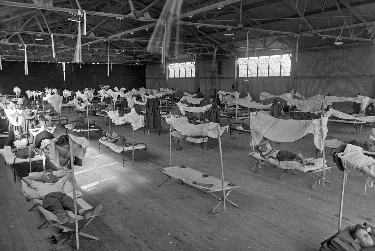 Ανάρρωση ασθενών με γρίπη. Τα νοσοκομεία γέμισαν γρήγορα και οι συγκεκριμένοι απομονώθηκαν στις εγκαταστάσεις της αμερικανικής Αεροπορίας στο Αρκανσο