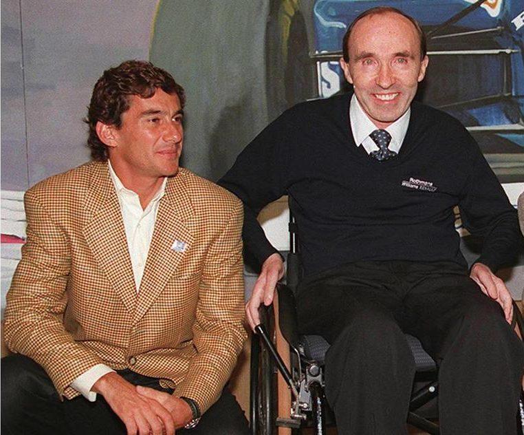 Ιανουάριος 1994. Ο Σένα ποζάρει με τον θρυλικό Φρανκ Γουίλιαμς. Ο Βραζιλιάνος είχε μόλις υπογράψει με την ομάδα της Williams-Renault σε μια, μοιραία όπως αποδείχθηκε, προσπάθεια να επανέλθει στην κορυφή. Ο Γουίλιαμς είχε δικαστικές περιπέτειες για το μονοθέσιο του Σένα που διαλύθηκε στην Ιμολα την Πρωτομαγιά του 1994