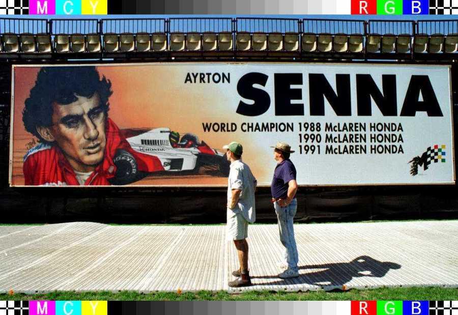 Μάρτιος του 1996, πρεμιέρα του πρωταθλήματος της F1 στο Αλμπερτ Παρκ της Μελβούρνης. Η φιγούρα του αδικοχαμένου Βραζιλιάνου κυρίαρχη