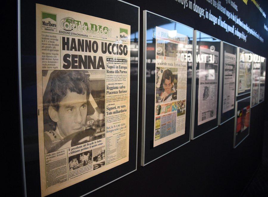 Τα πρωτοσέλιδα των ιταλικών εφημερίδων την επομένη της τραγωδίας στην έκθεση με τίτλο «Ayrton Senna. The last night» στη Μόντσα το 2016