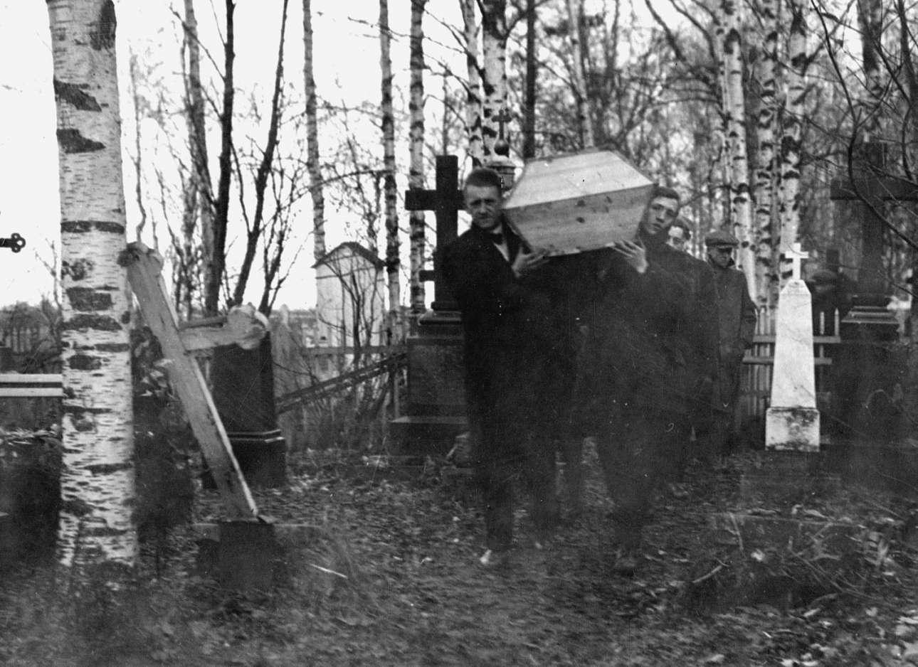 Φεβρουάριος 1919. Αμερικανοί στρατιώτες κηδεύουν έναν συνάδελφό τους, που δεν χάθηκε από σφαίρες αλλά από γρίπη