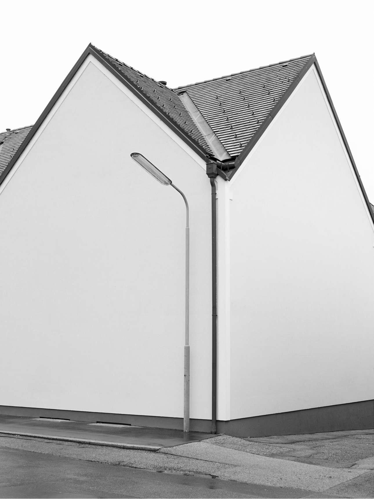 Πρώτη θέση, κατηγορία Αρχιτεκτονική. Καθαρά γεωμετρικά, συμπαγή σχήματα σε ένα κτίριο στη Βιέννη. Η ιταλίδα φωτογράφος με το πρότζεκτ της «Κτίρια» ερευνά αρχέτυπες μορφές της αρχιτεκτονικής και θέτει ερωτήματα σχετικά με τη λειτουργία των κτιρίων και την προσβασιμότητα της αρχιτεκτονικής τόσο στον δημόσιο όσο και στον ιδιωτικό χώρο
