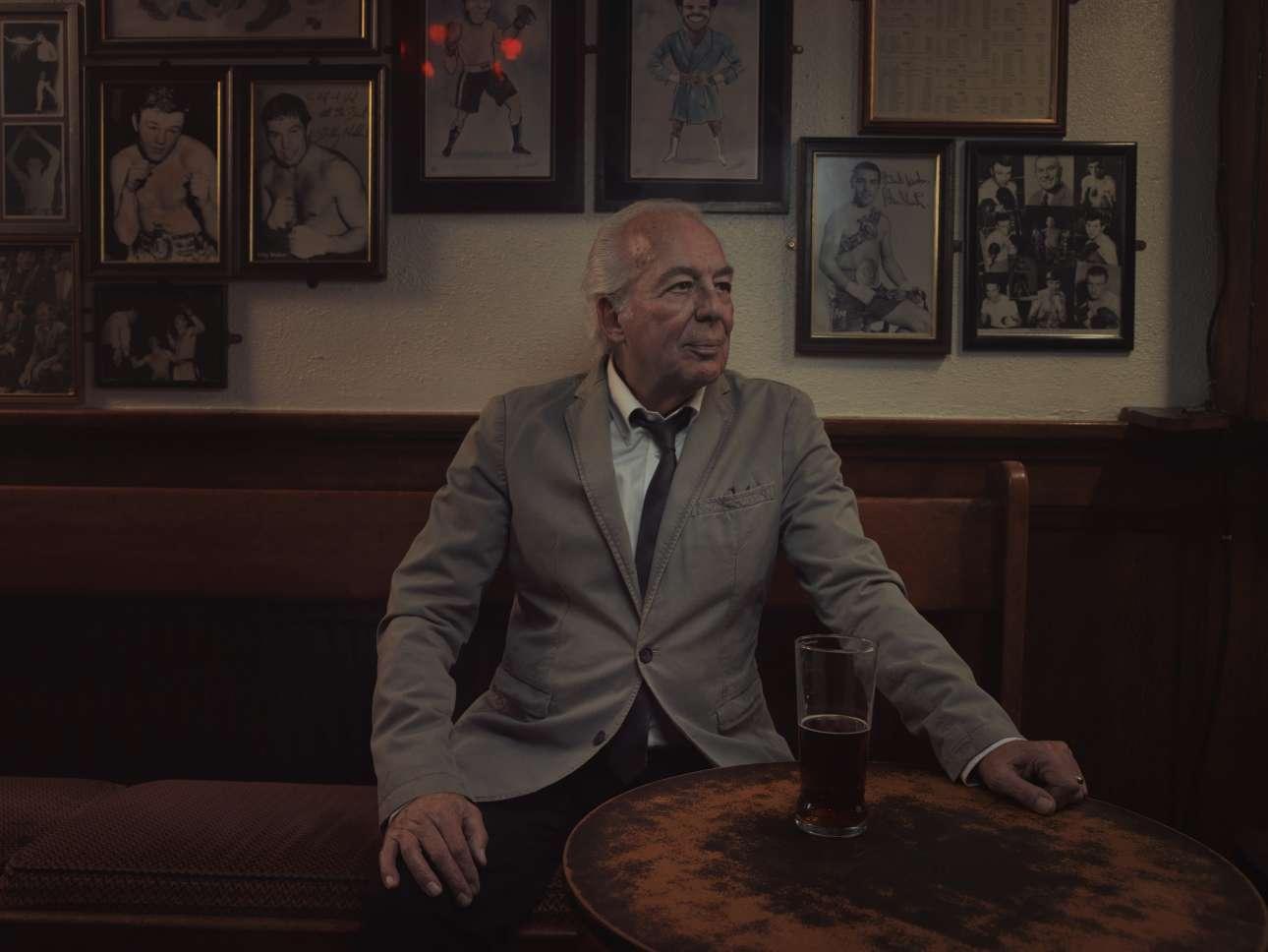 Πρώτη θέση, κατηγορία Πορτρέτο. Ο φωτογράφος Τομ Ολνταμ καταγράφει με τον φακό του τους τελευταίους εναπομείναντες τραγουδιστές στις λονδρέζικες παμπ, και συγκεκριμένα τις «μορφές» που εμφανίζονται στο Palm Tree στο ανατολικό Λονδίνο. «Πολύ πριν οι Γκίλμπερτ και Τζορτζ κάνουν τέχνη στο Ιστ Εντ του Λονδίνου, σε κάθε παμπ τα Σαββατοκύριακα έβρισκες τραγουδιστές να ερμηνεύουν ερωτικά τζαζ τραγούδια»