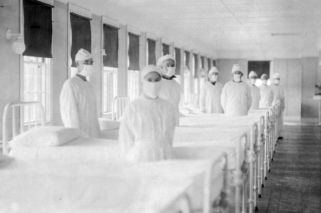 Νοσοκόμοι του Ναυτικού έτοιμοι να υποδεχτούν ασθενείς σε ειδικά διαμορφωμένο δωμάτιο νοσοκομείου στο Mare Island της Καλιφόρνιας τον Δεκέμβριο του 1918