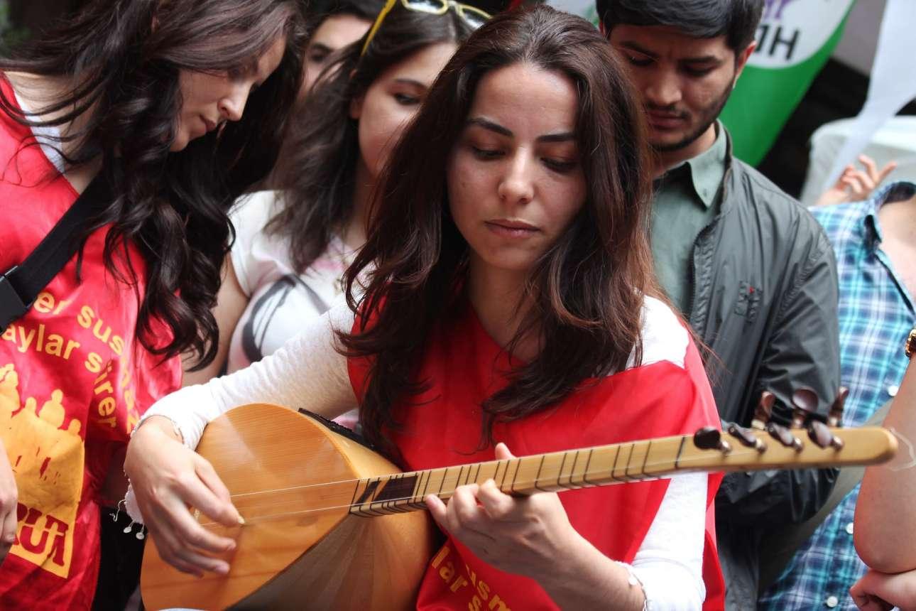 Οι μουσικοί αυτού του συγκροτήματος μπορούν να παίζουν και να εντάσσουν στις συνθέσεις τους παραδοσιακά έγχορδα (Basin Foto Ajansi/LightRocket via Getty)