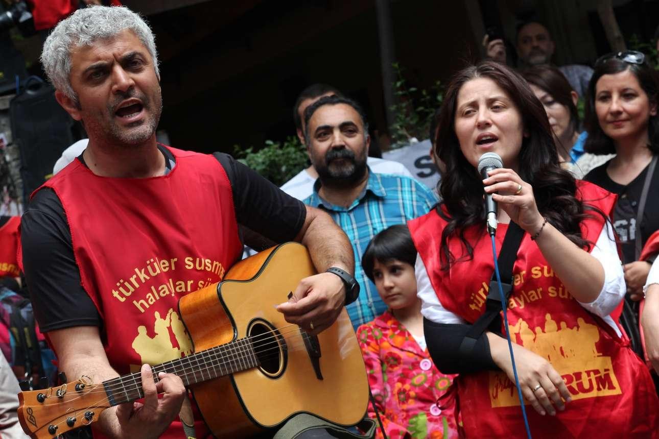 Οι εναπομείνατες και, βασικά, ελεύθεροι Yorum, τραγουδούν στην Αγκυρα, στη συναυλία κατά της απαγόρευσης των συναυλιών τους (Getty)