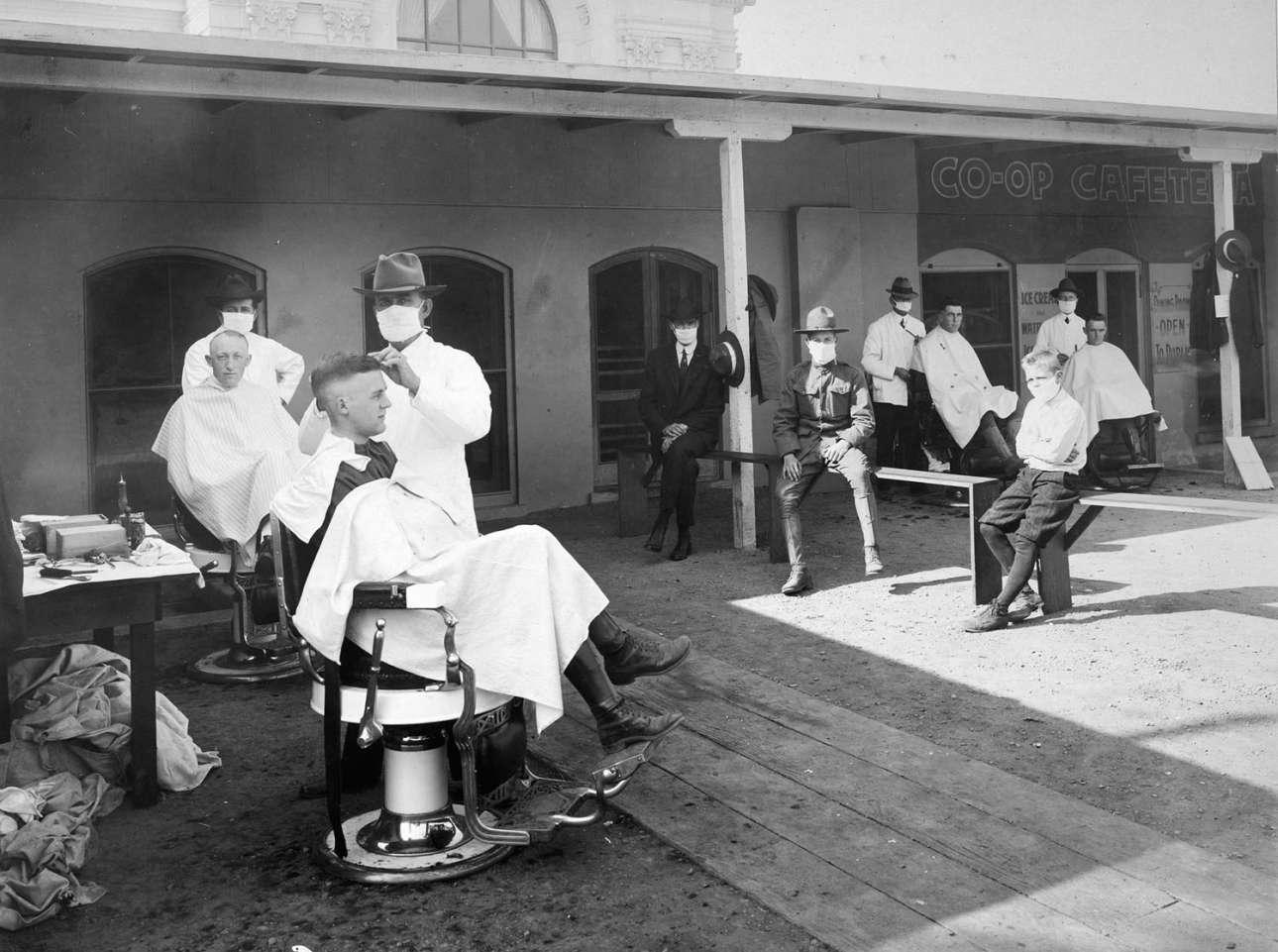 Κουρείο σε ανοιχτό χώρο στην Καλιφόρνια. Αρκετές δραστηριότητες οργανώνονταν σε ανοιχτούς χώρους προκειμένου να μπει ένα φρένο στην έξαρση της θανατηφόρας γρίπης