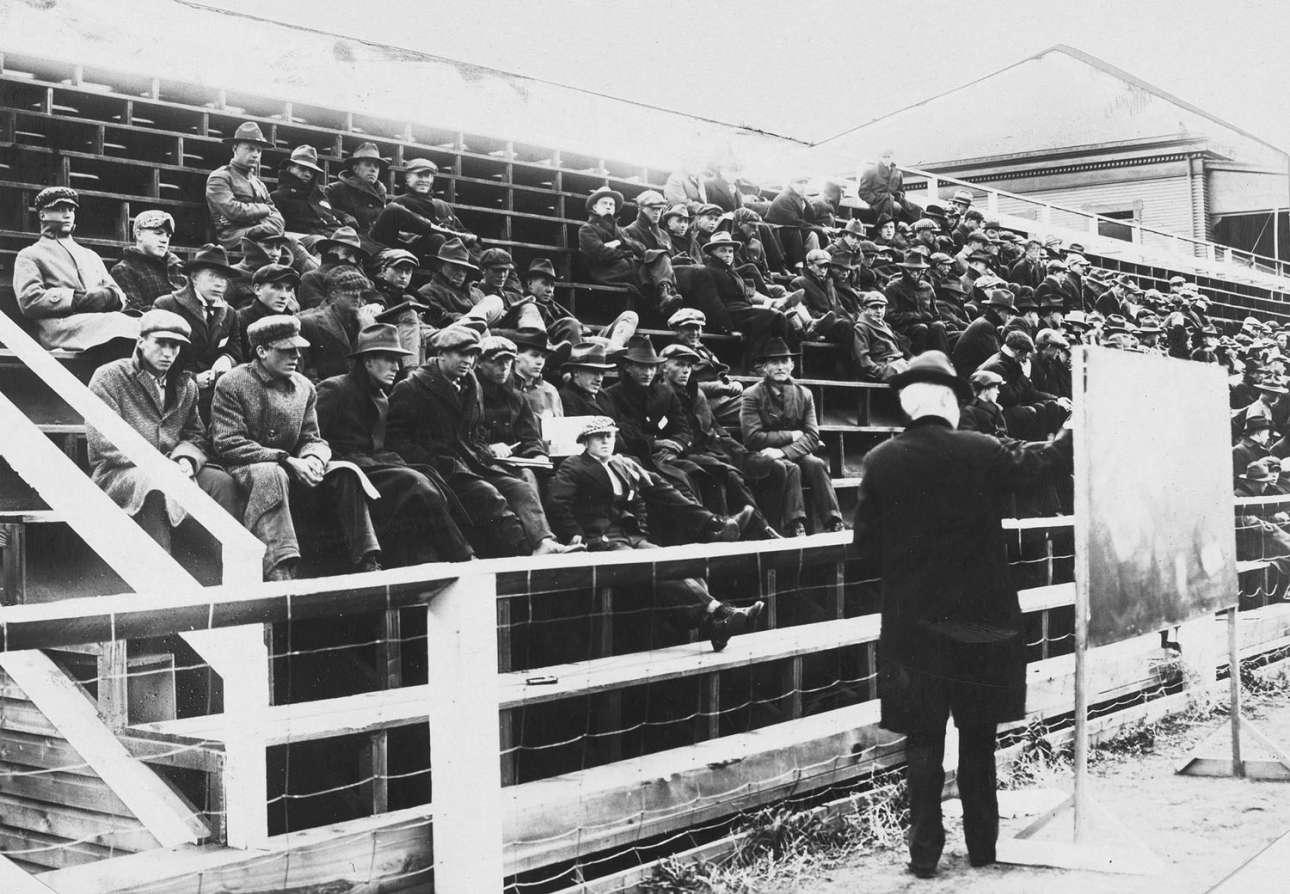 Μάθημα Φυσικής στο Πανεπιστήμιο της Μοντάνα το 1919, φυσικά σε ανοιχτό χώρο. Τα περισσότερο Πανεπιστήμια πραγματοποιούσαν τα μαθήματα σε εξωτερικούς χώρους