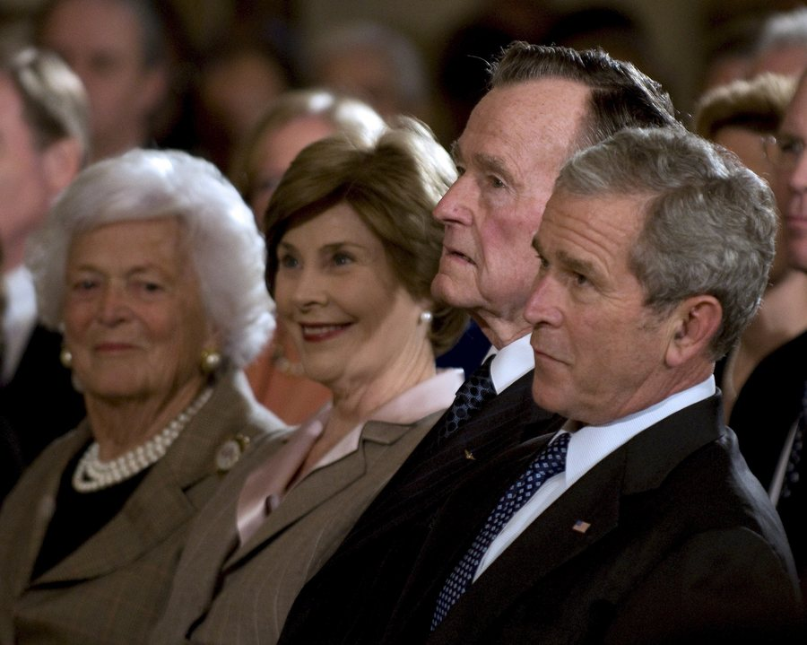 epa01592976 United States President George W. Bush (R), former United States President George H.W. Bush (2nd R), First Lady Laura Bush (2nd L) and former first lady Barbara Bush (L) listen to remarks at Reception in Honor of the Points of Light Institute in the East Room of the White House in Washington, D.C. on 07 January 2009. US President George W Bush met his successor, Barack Obama, along with three former presidents, over lunch on 07 January to offer advice and wish him well. Joining Bush and Obama were Jimmy Carter, George HW Bush and Bill Clinton. It was the first gathering of all living presidents at the White House since 1981, spokeswoman Dana Perino said. The former presidents were expected to share their experiences with the incoming one, including policy in the Middle East and on other topics. EPA/RON SACHS / POOL . . .