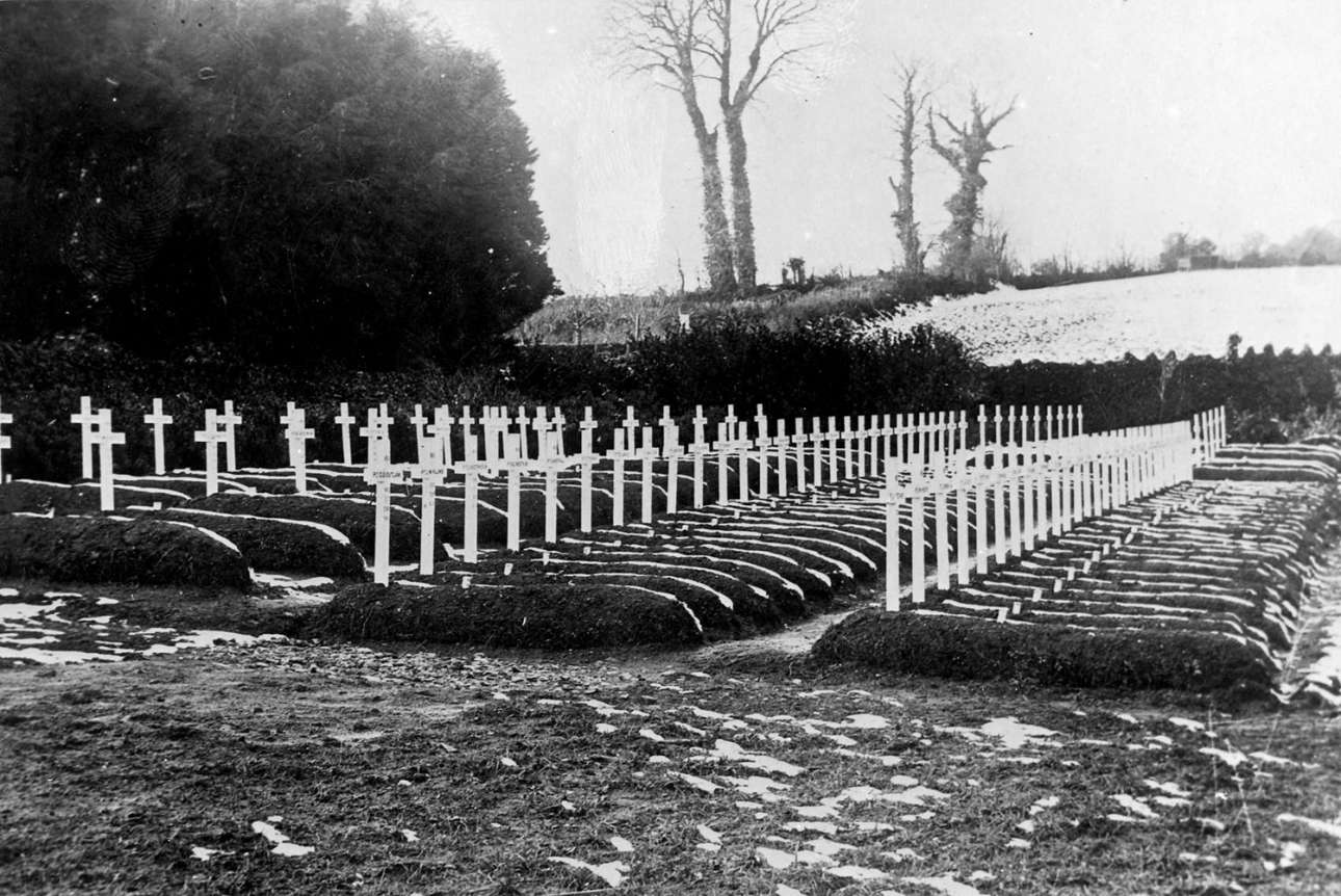 100 τάφοι αμερικανών στρατιωτών που έχασαν την ζωή τους από την πανδημία στο Ντέβον της Αγγλίας. Η φωτογραφία τραβήχτηκε τον Μάρτιο του 1919 και ενώ η πανδημία είχε επεκταθεί στην Αγγλία