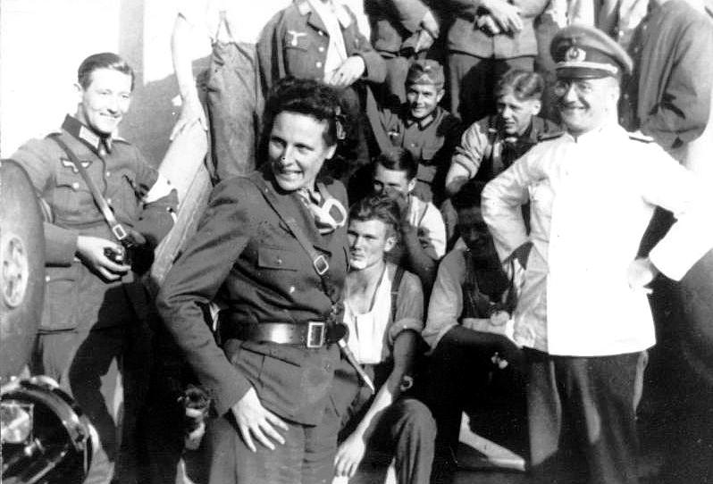 Bundesarchiv_Bild_146-2004-0022,_Polen,_Truppenbesuch_von_Leni_Riefenstahl