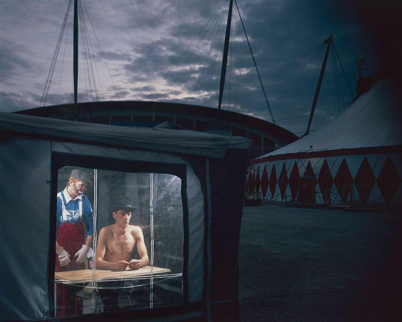 Οι κλόουν Βαλεντίνα Ρουμιαντσέβα και Βαλέρι Κάσκιν του Κρατικού Τσίρκου Μόσχας αναμένουν την άφιξη του κοινού, στο στάδιο του Μάντσεστερ, το 2009