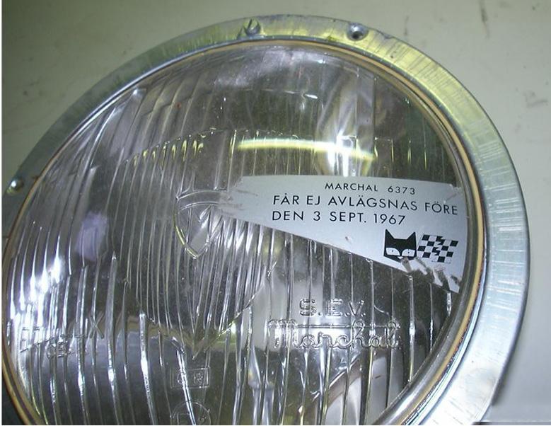 Προβολέας αυτοκινήτου που είχε πωληθεί στη Σουηδία λίγο πριν την «Dagen H». Το αδιάφανο αυτοκόλλητο μπλοκάρει το τμήμα του φακού που θα έριχνε το μεγαλύτερο μέρος της έντασης της χαμηλής σκάλας στα δεξιά. Η προειδοποίηση αναφέρει «Να μην αφαιρεθεί πριν από τις 3 Σεπτεμβρίου 1967» (wikipedia commons)
