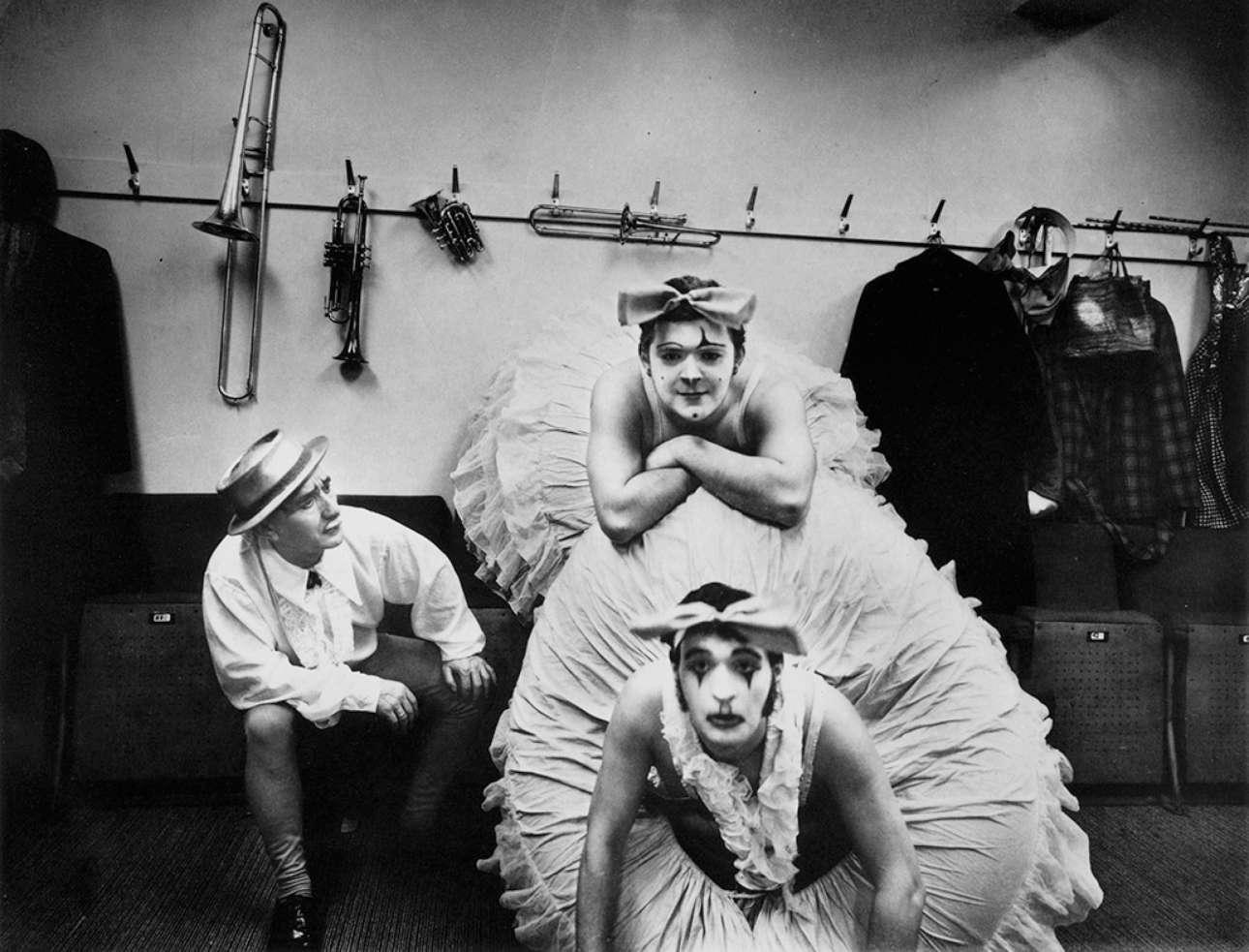 Μία ομάδα περφόρμερ του τσίρκου Billy Smart στην περιοχή Κρόιντον του Λονδίνου ποζάρει στον φακό του Πίτερ Λέιβερι, το 1971