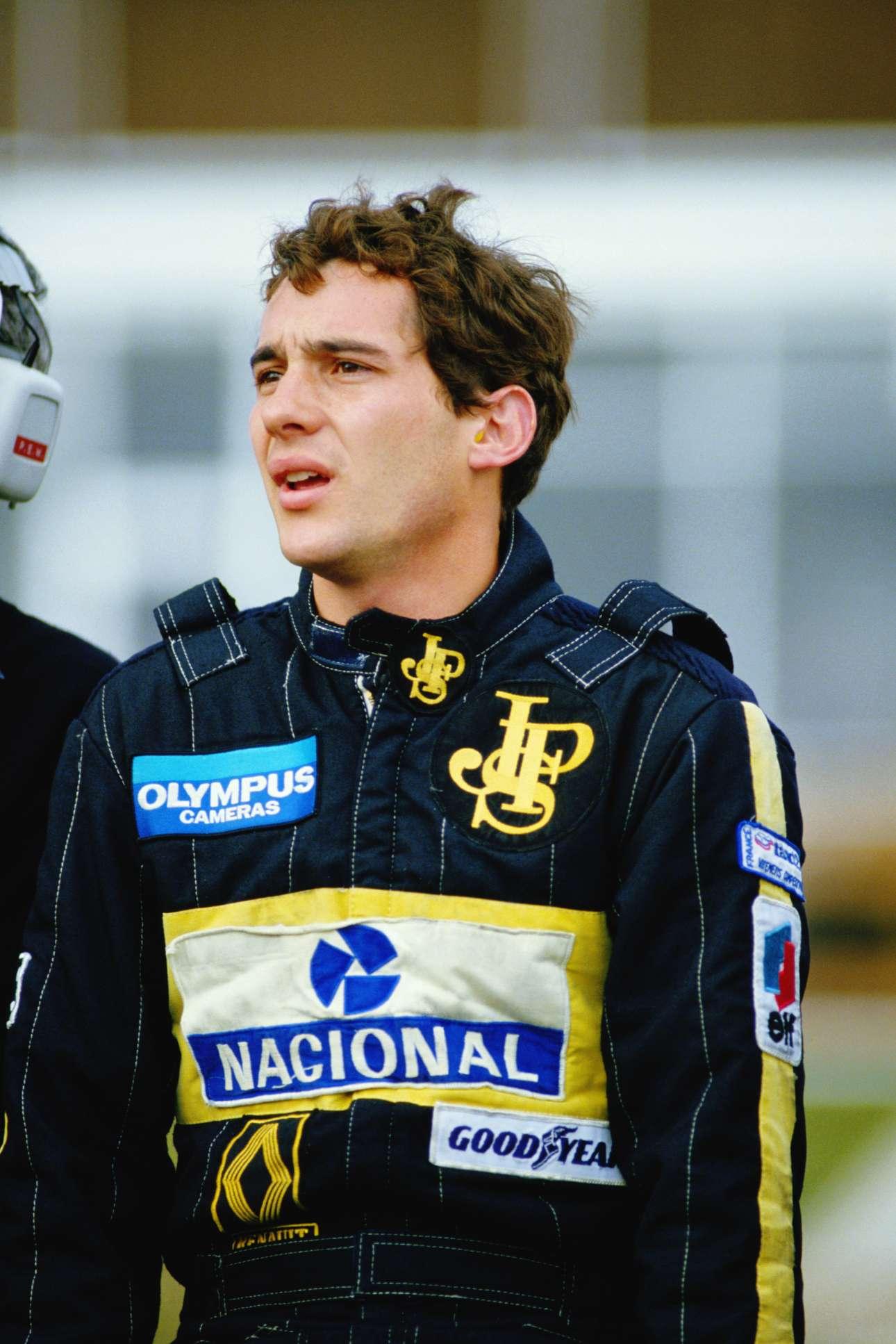 Οκτώβριος 1985, ο Αϊρτον Σένα της Lotus στην πίστα του Μπραντς Χατς στην Αγγλία. Εκείνη τη χρονιά, στα 25 του, κατέκτησε την τέταρτη θέση στο πρωτάθλημα