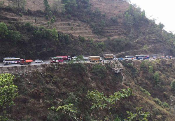 To κεντρικό οδικό δίκτυο του Νεπάλ. Αυτοί που κινούνται στα αριστερά. έχουν γκρεμό δίπλα τους