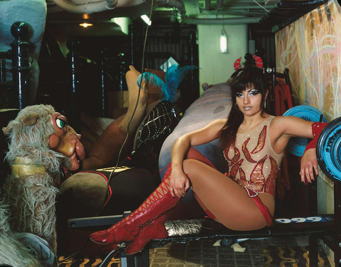 Η Τζάνα -ο «Μικρός Διάβολος»- Ρόμπερτς στα παρασκήνια του τσίρκου Blackpool Tower (Πύργος Μπλάκπουλ), το 2005