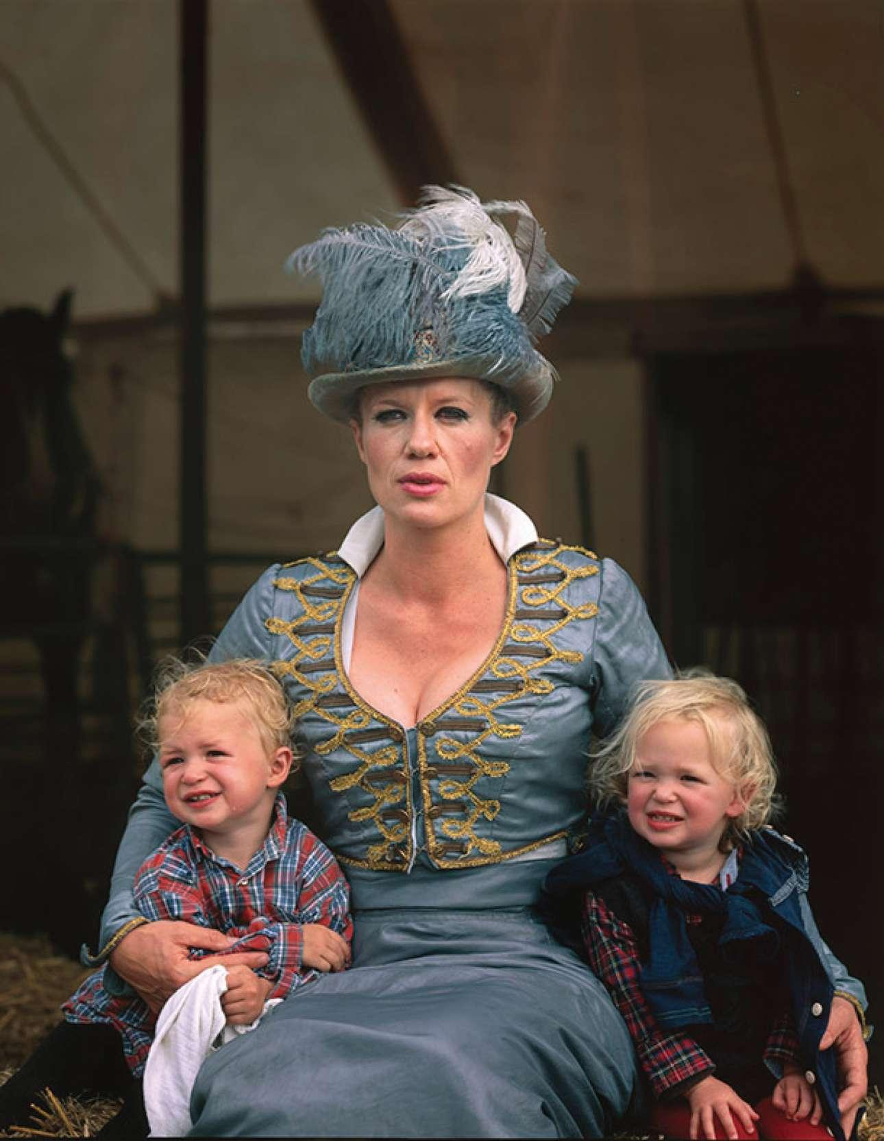 Η Νελ Γκίφορντ, ιδρύτρια του τσίρκου Γκίφορντ, ποζάρει με τα δύο παιδιά της αγκαλιά και... με εντυπωσιακή αμφίεση