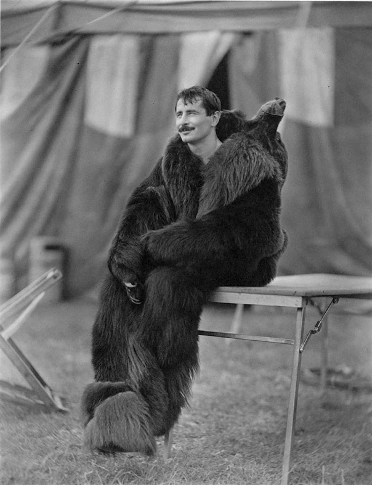 Ο Ρουσλάν Ντορμπεκόφ του Κρατικού Τσίρκου Μόσχας με στολή αρκούδας, το 1988. Ο Ντορμπεκόφ, μέλος του ιππικού θιάσου των Κοζάκων, σκοτώθηκε από μία αντίπαλη φατρία μετά τις πολιτικές αναταράξεις στη Ρωσία