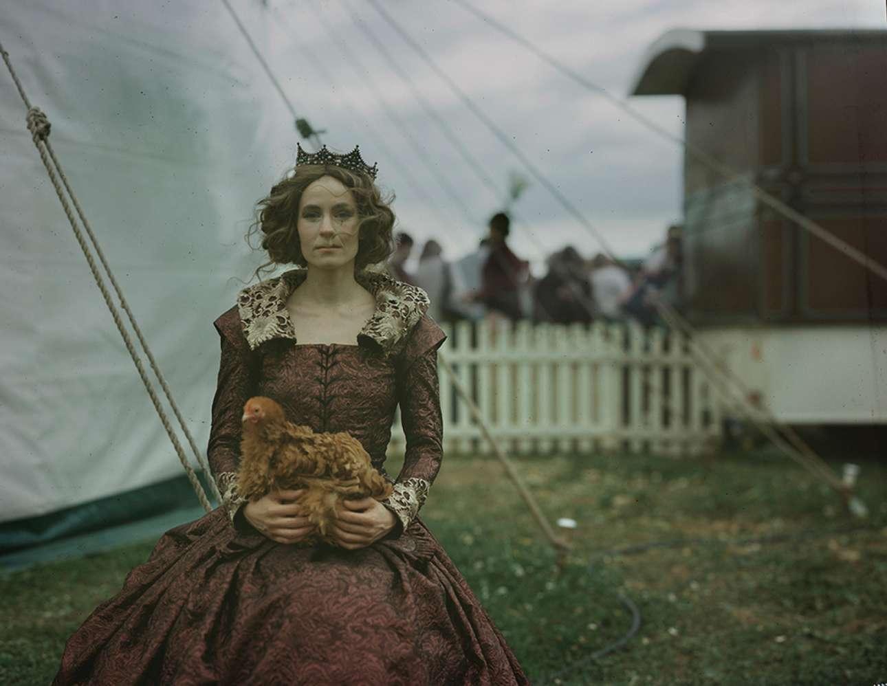 Η Βικτόρια Μουρτίνοβα και η κότα της περιμένουν να εμφανιστούν στην πρωινή παράσταση του τσίρκου Γκίφορντ