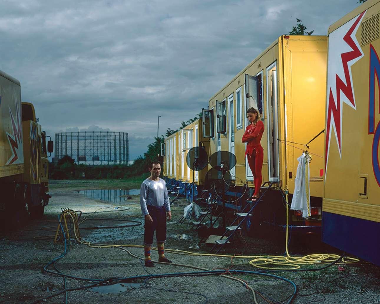 Βικτόρια Αραμπέι και Ζούραμπ Σκιρτλάτζε στον χώρο στάθμευσης του σταδίου του Μάντσεστερ, το 2009. Ο ατρόμητος Γεωργιανός εκτελεί το επικίνδυνο νούμερο Sky Wheelστο Κρατικό Μουσείο Μόσχας, όπου περνάει με μηχανή και με δεμένα τα μάτια πάνω από ένα περιστρεφόμενο τροχό, δώδεκα μέτρα πάνω από το έδαφος