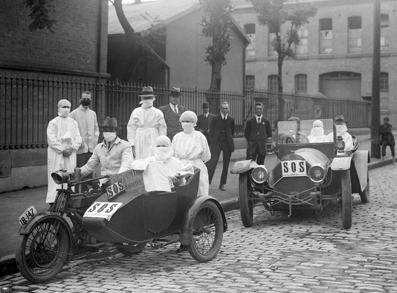 Στο Σίδνεϊ της Αυστραλίας, νοσοκόμες απομακρύνονται από το αμαξοστάσιο Blackfriars τον Απρίλιο του 1919