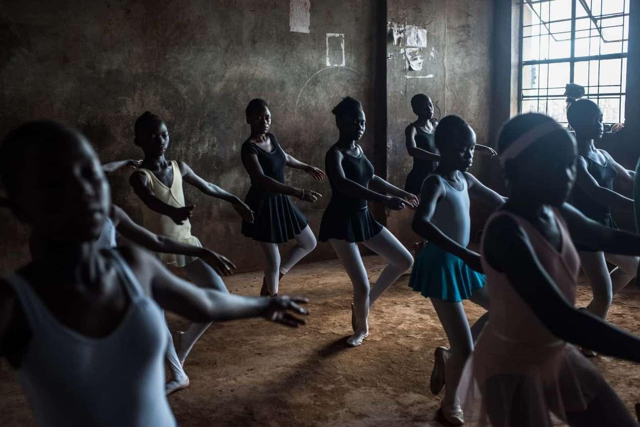Πρώτη θέση, κατηγορία Σύγχρονα Ζητήματα. Οι φιλανθρωπικές οργανώσεις Annos Africa και One Fine Days διοργανώνουν εβδομαδιαία μαθήματα μπαλέτου σε φαβέλες της Κένυας, προσφέροντας στα παιδιά έναν τρόπο να εκφραστούν αλλά και να αποκτήσουν αυτοπεποίθηση