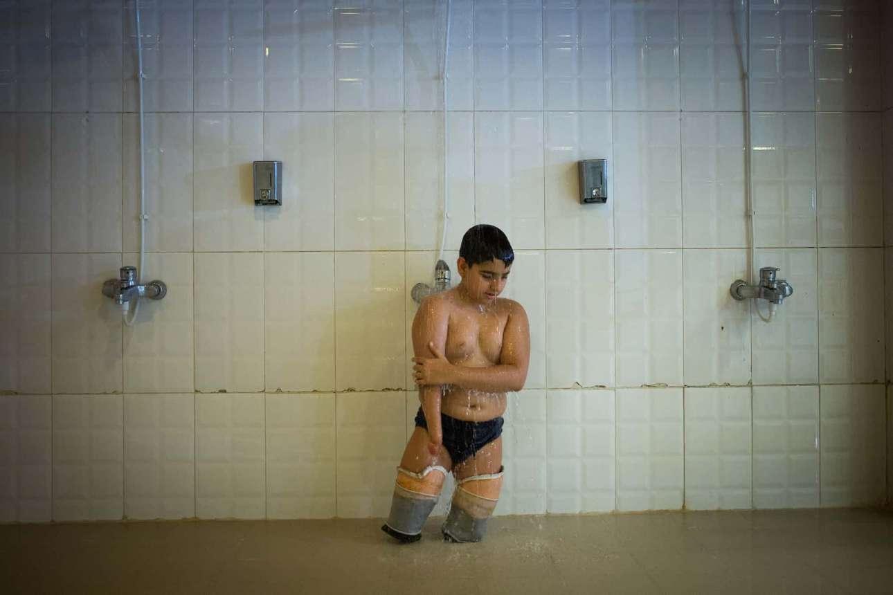 «Η Μαγεία του Νερού». Δεύτερη θέση, κατηγορία Σπορ. Ο 11χρονος Πέτζμαν κάνει ντους πριν από το πρωτάθλημα κολύμβησης για άτομα με αναπηρία στην Τεχεράνη, Ιράν