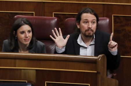 epa05876461 Leader of Spanish left wing party Podemos, Pablo Iglesias (R), gestures next to the party's spokeswoman at Parliament, Irene Montero (L), during question time at the Lower House in Madrid, Spain, 29 March 2017.  EPA/Ballesteros