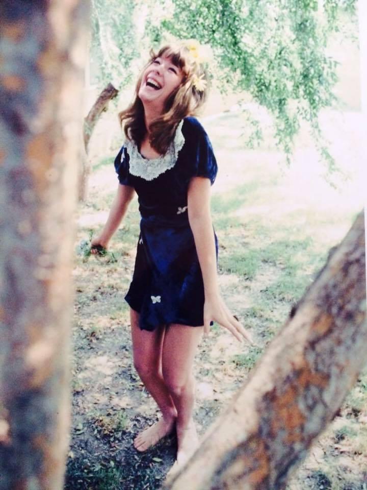 Μονίμως χαρούμενη και γελαστή. Και πώς να μην είναι, αφού ζούμε με τα είδωλά της. Εννοείται, βοηθούσαν και τα ναρκωτικά...