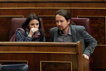 epa06602916 Spanish left Podemos (We Can) Party's leader, Pablo Iglesias (R), chats with his party's parliamentary spokeswoman Irene Montero after he delivered a speech during a debate on public pensions and sustainability of welfare system at Lower House of Spanish Parliament, in Madrid Spain, 14 March 2018. The debate at Parliament is held amid demonstrations and protests held by Spanish pensioners for weeks to demand an increase the retirement pensions.  EPA/BALLESTEROS